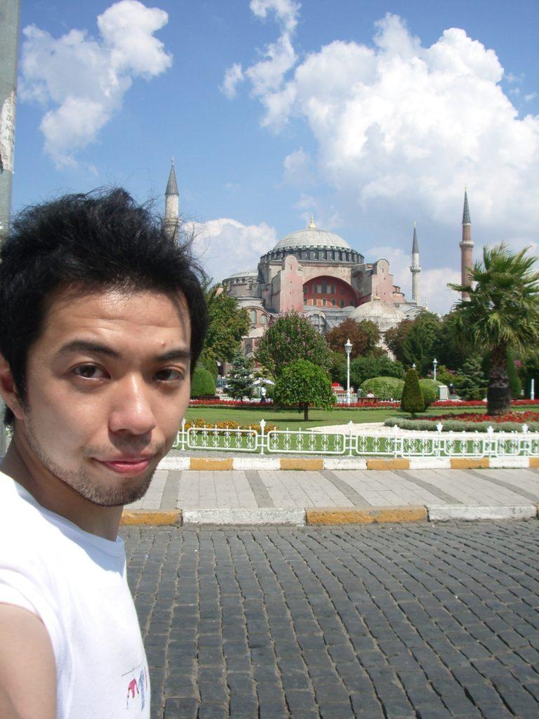 トルコのイスタンブールにあるアヤソフィアと。22歳頃。